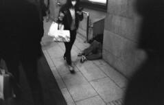 201404-04-M4BP-FOMAPAN200-400-40CRON-17 copy (maddoc2003jp) Tags: 2017 film bw shinjuku tokyo japan フィルム白黒フィルム新宿 東京 leitz leica m4 blackpaint 35mm 3520 summicron vs3 fomapan200 hc110 strassenfotos