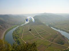 Flug über der Moselschleife (Jörg Paul Kaspari) Tags: eller bremm diecalmonttour calmont wanderung wandertour frühling spring mosel gleitschirmflieger