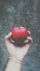 A P P L E (juliano.fchaves) Tags: sony xperia z3 compact vscocam vsco filters filtros maça apple red vermelho hnads mãos dark