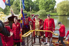 TP31 (EmmaDurnford) Tags: tudorpull 2017 hamptoncourtplace molesey teddington riverthames watermen annual rowing event palaces stela watermanscompany gloriana thamestraditionalrowingcompany flags pennants royalarms henryv111 king tudors livery boats vessels teams