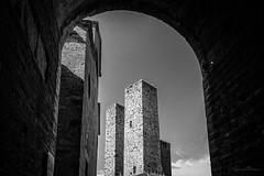 Passaggio ad Ovest (GienBi) Tags: ovest sangimignano bianconero bn bnw torri arco towers bow attraverso nikon d7200 nikonitalia