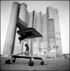 313 Retro80s 03 (rubbernglue) Tags: chair silo norrtälje bw blackandwhite bwfp bokeh analog analogwithexif analogexif abandoned filmphotography sweden rolleiretro80s r09 constructionsite 6x6 squareformat allmycamerasproject