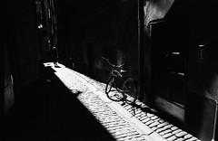 A Light in the Black (Purple Field) Tags: street shadow bw film monochrome bicycle analog zeiss 35mm walking alley kodak sweden stockholm 28mm trix rangefinder 400tx contax carl g2 散歩 f28 自転車 路地 スウェーデン biogon モノクロ 白黒 銀塩 フィルム レンジファインダー コンタックス アナログ ストックホルム コダック ビオゴン stphotographia カール・ツァイス トライx