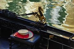 Venezia , tipici dettagli ... (miriam ulivi - OFF/ON) Tags: miriamulivi nikond7200 italia venezia venice gondola cappellodipaglia strawhat acqua water riflessi reflections