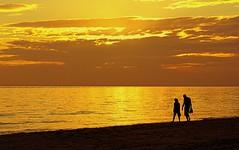 Paseando por la orilla (camus agp) Tags: siluetas mediterraneo españa nubes