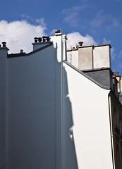 Pan (Gerard Hermand) Tags: 1704037345 gerardhermand france paris canon eos5dmarkii formatportrait blanc white mur wall immeuble building toit roof cheminée chimney ciel sky