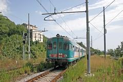 FS 668.1881 stopping train to Nocera Inferiore. Vietri-Sul-Mare 17 September 2007. (mikul44171) Tags: weeds fs6681881 nocera nocerainferiore vietrisulmare station amalficoast