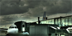 Dark day ! (www.nathalie-chatelain-images.ch) Tags: avion plane madrid aéroport airport infrastructure soufflet ciel sky nuages clouds nikon