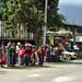 Donne indigene vanno al mercato di Almolonga