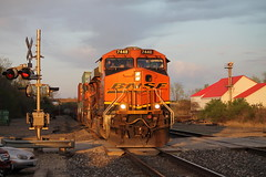 BNSF 7448 heads WB into the sunset! (Machme92) Tags: railroad rail trains bn rails ge railyard bnsf railroads railfanning gevo railfans trainmeet transcon burligrton