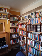 2017_04_030010 (Gwydion M. Williams) Tags: coventry britain greatbritain uk england warwickshire westmidlands chapelfields sirthomaswhitesroad books bookshelves