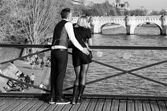 Aux innocents les mains pleines - To the innocent with their hands full (P. Eric) Tags: paris personnages pontdesarts