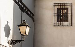 Planos y contrastes. (Eugercios) Tags: chinchon comunidaddemadrid españa espanha europa europe spain pueblo light streetlamp street lamp farola white rustic village