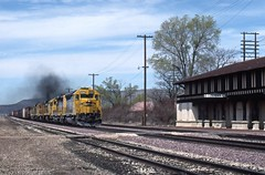 """ATSF 5392 East passes the former Santa Fe depot / """"Havasu"""" Harvey House at speed. Unfortunately, the BNSF railroad and the town of Seligman could not come to an agreement on saving the historic structure and it was torn down at the end of 2008. (DTR CEO) Tags: freight manifest seligman arizona sd45 emd engine boxcar harveyhouse"""