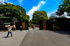 The Gate of Hama-rikyu Gardens : 浜離宮恩賜庭園入口 (Dakiny) Tags: 2017 spring april japan tokyo chuo chuoward park garden hamarikyugardens city street outdoor lanscape people nikon d7000 sigma 1770mm f284 dc macro os hsm sigma1770mmf284dcmacrooshsm nikonclubit