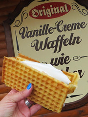 Vanille-Creme Waffel (ingrid eulenfan) Tags: hand essen food süsigkeiten süs vanillecreme waffel lebensmittel dessert