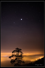 Sobre la niebla. / Over the fog. (Diego Rai) Tags: niebla noche long exposure nightscape nightscene estrellas stars oviedo asturias diego rai fog largaexposición nocturna
