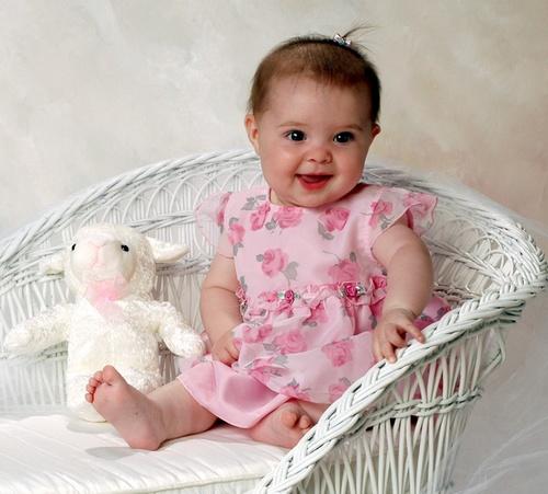 Bebê menininha sentada na cadeira