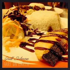 """เดินผ่านร้านอาหาร เชสเตอร์กริว เห็นเมนูใหม่ """"แซลม่อนราดซอสญี่ปุ่น"""" เลยแวะลองสักนิด ผลคือรสชาติอร่อยใช้ได้แต่ปลาแห้งไปนิดนึงผลคือ ผ่านครับ!!"""