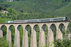 Viaduc de Chamborigaud et le train qui passe