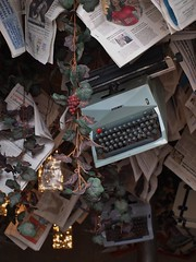 the hanging typewriter (Carine&Tom) Tags: italy typewriter restaurant italia decoration ceiling pisa tuscany hanging toscana toscane italie pise piazzacairoli machineàécrire irtegamespaghetteria