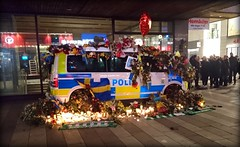 31-1610. (Papa Razzi1) Tags: 8990 2017 099365 311610 police policecar flowers support april spring terrorattack stockholm sweden xperiax