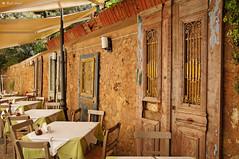Drzwi-Kreta (dreptacz) Tags: drzwi kreta wyspa grecja ściana rękodzieło architektura stolik drewno sony sony55v slt55 lustrzanka krzesło obrus lampa sonyflickraward thisphotorocks