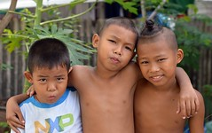 brothers (the foreign photographer - ฝรั่งถ่) Tags: three brothers children bare chested torso khlong lat phrao portraits bangkhen bangkok thailand nikon d3200