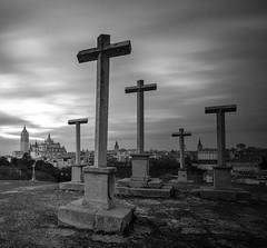 Alto de la Piedad, Segovia. B&N (KitosRD) Tags: bn bw blancoynegro blackandwhite cros cruz catedral cathedral fuji fujixt10 fujifilm samyang12mm segovia largaexposición longexposure