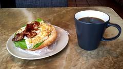 Coffee Break att Roupe´s Corner (Arto Katajamaa) Tags: lunch bacon kaffe lunchbreak fika kingsstreet trollhättan kahvi kungsgatan kahvitauko järnvägsgatan fikapaus päivällinen kaffepaus pekoni fikabreak flickrandroidapp:filter=none samsunggalaxys4 lunchfika roupescorner