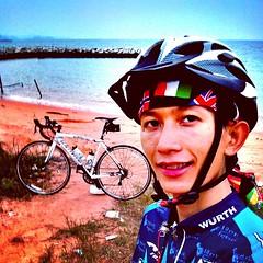 Baan Aumpur,  Sattahip, Thailand  เป็นคนบ้ากล้องพอสมควร ไปไหนมาไหน นี่ขอให้มีสักรูป วันนี้ออกทริปกับพี่บางเสร่ไบค์ทีม ฟ้ายังไมมืดก็เลยมาเก็บภาพชายทะเลซะหน่อย #awesome #cycling #mountainbike #sea #mountain #beautiful #picoftheday #amazing #Thailand