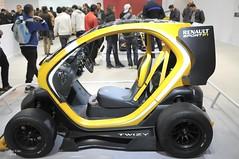 Alger, salon de l'automobile 2014 (Graffyc Foto) Tags: sport jaune de stand nikon automobile noir f1 renault exposition l salon algerie et f28 alger 2014 1755 d300 safex twizi