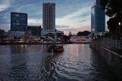 On Singapore River (VLKong) Tags: contaxt2 pakonf135plus superiaxtra800 singaporeriver elginbridge