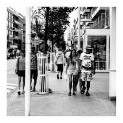 wir hopfen nur das beste (japanese forms) Tags: ©japaneseforms2017 ボケ ボケ味 モノクロ 日本フォーム 黒と白 bw blackwhite blackandwhite blancoynegro bokeh candid monochrome random schwarzweis square squareformat strasenfotografie straatfotografie streetphotography vlaanderen zwartwit