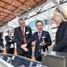 Prof. Ehrenfreund mit Prof. Lemmer und Partnern am DLR-Stand