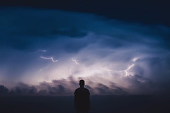 Temporal (JavierAndrés) Tags: retrato portrait me self selfportrait yo persona person hombre man chico boy jóven young tormenta storm exposición exposure rayos lightnings thunder bolt nubes clouds cielo sky estrellas stars lluvia rain horizon horizonte teleobjetivo telephoto silueta silhouette contraluz backlight luz light resplandor glow clima weather vista view campo country countryside nature naturaleza sanbasilio córdoba argentina nikon nikkor d800 noche night 62mm f16