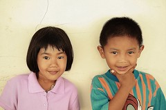 sister and brother (the foreign photographer - ฝรั่งถ่) Tags: sister brother two children kids khlong thanon portraits bangkhen bangkok thailand canon kiss southeast asia