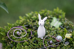 Happy Easter (Eklis273) Tags: easter ostern hase bunny rabbit deko dekoration decoration buchs box klein small green grün white weis lila pink purple yellow gelb holidays ferien outdoor garten garden draussen samyang sonya6000 schmetterling butterfly