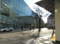 Düsseldorfer Platz (dreilander) Tags: chemnitz deutschland germany saxony areal eckhaus tiefstehendesonne zentrum innenstadt citylife facade beton glas spielbank autoschilder kasino casino numberplate licenseplate