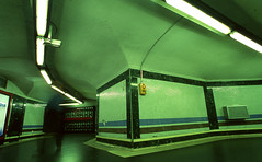 Metro Bilbao, Madrid (marioandrei) Tags: nikon fm2n nikkor 20mm f28 fujifilm velvia 50 tribu tribunal madrid slide diapo diapositiva longexposure españa