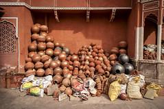 Jarrones en Rajasthan (danielcravioto) Tags: market pots mercado clay fucsia barro rajasthan jarrones