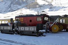 Selbstfahrende bidirektionale Schneeschleuder mit Spurpflgen und Weichengeblse Xhe rote 12 der Jungfraubahn JB ( Zahnradbahn 1000mm => Baujahr 2012 => Hersteller Stadler Rail ) (chrchr_75) Tags: schnee winter oktober snow alps train schweiz switzerland suisse swiss eisenbahn zug jb neige alpen christoph svizzera bahn treno schweizer berner 1310 kleine berneroberland oberland scheidegg bergbahn suissa zahnradbahn jungfraubahn chrigu 2013 bahnen kantonbern chrchr hurni chrchr75 chriguhurni alpenbahn albumbahnenderschweiz chriguhurnibluemailch hurni131013 albumjungfraubahn albumzzzz131013ausflugkleinescheidegg