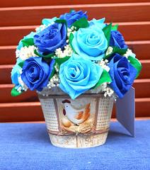 composizione floreale in vaso con gallina