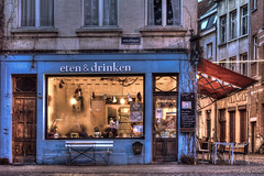 eten & drinken (m0nt2) Tags: blue red food brown drinks lamps oldshop warminside foggedwindow wolstraat m0nt2