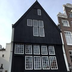Última casa de madeira ainda preservada em Amsterdam, construída no ano de 1528! #houtenhuis ❌❌❌ (jpcamolez) Tags: última casa de madeira ainda preservada em amsterdam construída no ano 1528 houtenhuis ❌❌❌