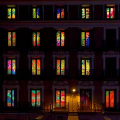 Finestre  Desigual (mariateresa toledo) Tags: finestre colori palazzo desigual madrid notte windows colors night square sonnarte1824 zeiss sonynex7 mariateresatoledo dsc00166