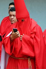 Mensaje de ultratumba (supernova.gdl.mx) Tags: semana santa mayor marcha procesion silencio barrio analco guadalajara mexico tradicion catolica rojo telefono celular