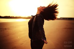 Sonia (Julia L.S) Tags: cadiz puertodesantamaria andalucia playa beach beautiful girl chica portrait retrato shorthair 50mm 50mm18 canon50mm18 sunrays rayosdesol orilla sand arena move