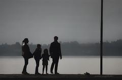 quadretto familiare (pamo67) Tags: pamo67 familypicture four 4 silhouette backlight controluce molo pier foschia mist grigio grey pasqualemozzillo persone people