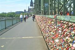 Duitsland  -  Keulen  -  De Hohenzollernbrücke (Sjim Geugjes) Tags: er liggen die spoorbruggen naast elkaar en rijden hier ruim 1000 treinen per dag overheen een opmerkelijke bezienswaardigheid op de brug vormen duizenden slotjes aan bevestigd zijn